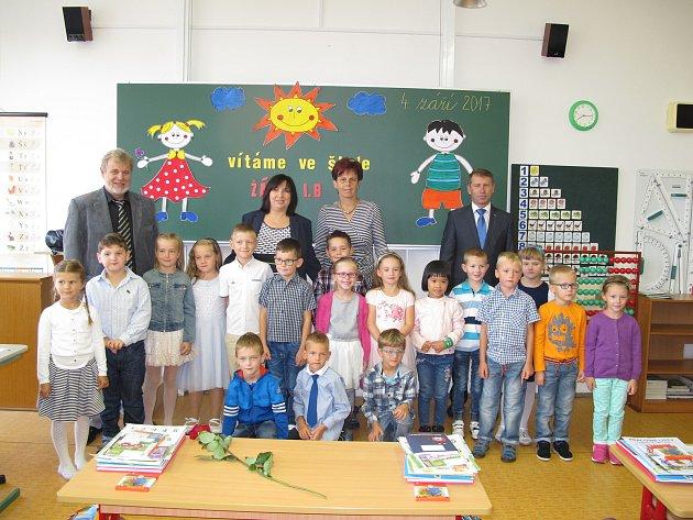 Žáci 1.B ze ZŠ Dr. Joklíka vKyjově spaní učitelkou Lenkou Práškovou, ředitelem Vlastimilem Válkou, zástupkyní Miluší Habáňovou a místostarostou Antonínem Kuchařem.