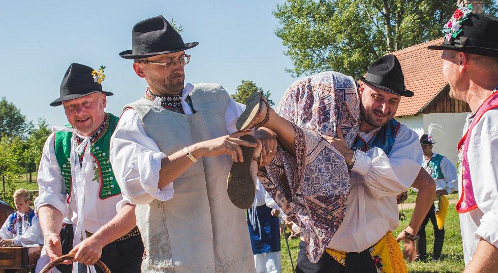 Pořad Já sa budu vydávati, který byl součástí Mezinárodního folklorního festivalu ve Strážnici. Soubory jej sehrály v areálu skanzenu.