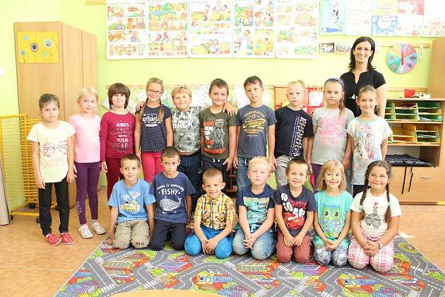Žáci první třídy ze ZŠ a MŠ vSudoměřicích spaní učitelkou Šárkou Daňkovou.