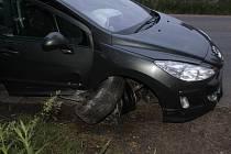Opilý muž naboural u přejezdu ukradené auto.