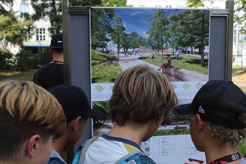 Představení návrhů architektonicko-krajinářské soutěže obnovy právě v parku na Mírovém náměstí v Hodoníně.