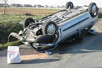 Při nehodě skončilo auto na střeše.