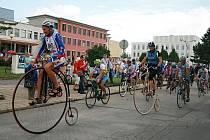 Josef Zimovčák se na své cyklotour zastavil i ve svém rodném Veselí nad Moravou.
