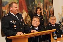 Velké pocty se dostalo vybraným hodonínským policistům, velitelům strážníků a starostům, kteří dostali plakety a medaile. V obřadní síni hodonínské radnice je převzali z rukou krajského policejního ředitele Leoše Tržila.
