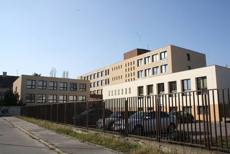 SOUČASNÁ PODOBA. Bývalé sídlo okresního výboru KSČ v Hodoníně v současnosti slouží stavebnímu odboru městského úřadu a základní umělecké škole.