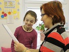 Soukromá základní škola vydala prvňákům jejich první školní vysvědčení. Děti však na dokumentu nenalezly známky, hodnocení je pouze slovní. Některé však byly již schopné jej přečíst před celou třídou.