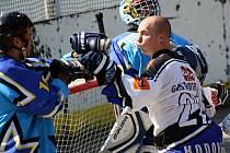 Hodonínští hokejbalisté vstoupili do nové sezony výhrou nad Porubou. Závěr nervózního utkání zpestřilo i několik potyček. Na snímku se s portihráčem pošťuchuje útočník Rigumu Miroslav Hausner (v bílém).