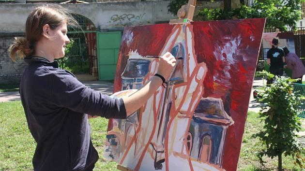Nadšenému mládí a umění patřil prostor před hodonínským zimním stadionem. Mladí lidé tvořili velkoplošné obrazy na téma Domy, domky, domečky.
