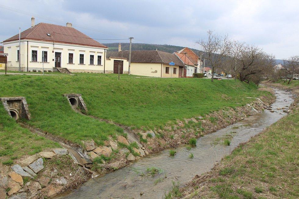 Úpravy koryta říčky Radějovky v Radějově.