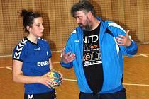 Veselský kouč Miroslav Slovák (vpravo) debatuje se spojkou Annou Balážovou.