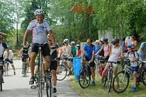 Přes osmdesát tisíc korun vložili loni do kasičky pro nemocné děti účastníci jízdy Na kole dětem jižní Moravou. V čele s Josefem Zimovčákem.