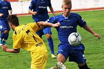 Hodonínští dorostenci poprvé v sezoně vyhráli. Ve 4. kole Moravskoslezské ligy porazili Znojmo 3:0. Na snímku bojuje o míč domácí Vojtěch Zmrzlík (v modém).