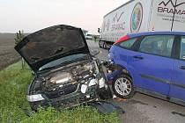 Nehoda dvou osobních a jednoho nákladního auta se stala v úterý před šestou hodinou ráno na silnici mezi Miloticemi a Skoronicemi.