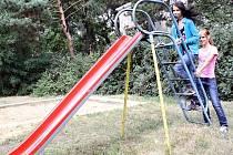 Skluzavka v Lesní ulici už brzy doslouží, stejně tak sedmapadesát hracích prvků na jiných hřištích v Hodoníně. Na novinky si děti počkají až do příštího roku.