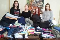 Studentky zekonomického lycea hodonínské obchodní akademie se zapojily do sbírky oblečení a obuvi.
