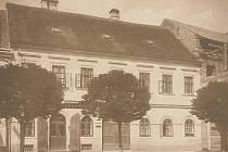 Lékárna na náměstí v roce 1906, vpravo zrovna probíhá stavba domu č. p. 390.