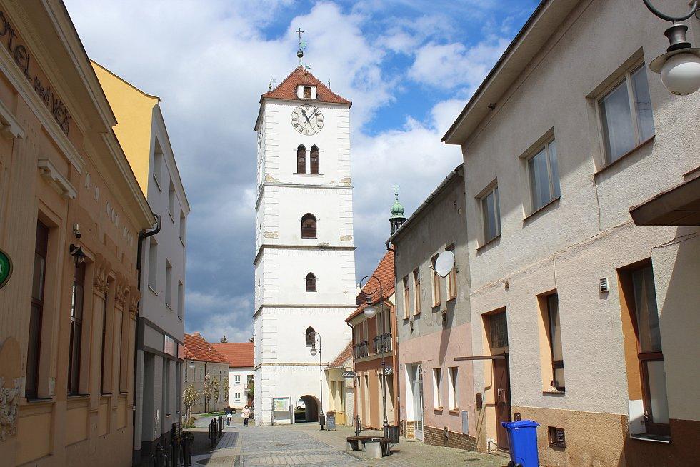 Dominanta Strážnice strážní bílá věž.