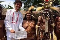 Osmadvacetiletý letec Jakub Fanta zavítal do indonéské části ostrova Papua. Přistál v Údolí Baliem ve městě Wamena a vydal se do vesničky Kurulu.