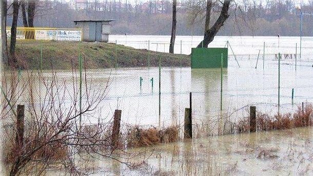 Tréninkové fotbalové hřiště za povodní vroce 2006.