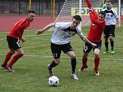 Fotbalisté Hodonína (v červených dresech) vstoupí do třetiligové sezony venkovním zápasem v Uherském Brodě.