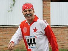 Známý hodonínský sportovec Karel Mecl  v Jihomoravské triatlonové lize obsadil v kategorii nad padesát let třetí místo.