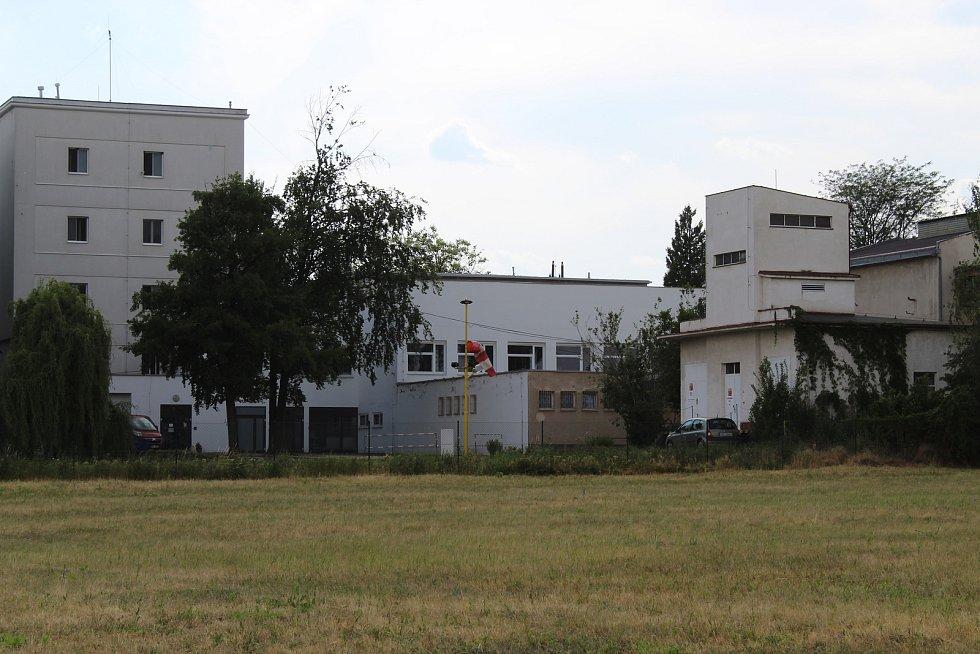 Plocha za hodonínskou nemocnicí, kde měl na začátku nového století vyrůst výrobní areál. Vedení radnice chce tyto pozemky koupit zpět a připravit je pro výstavbu rodinných domů.