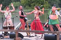 Vystoupení kapely Kumbalu doprovodila břišní tanečnice, která pochválila také břicha obou moderátorů. Snímek je z loňského ročníku festivalu.