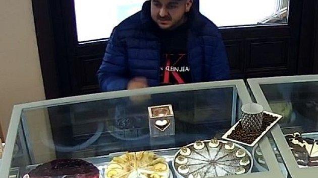 Z cukrárny si odnesl zákusek i lup. Odvedl pozornost obsluhy a ukradl kasírtašku