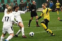 Hodonínská záložnice Julie Fritzová (ve žlutém) neměla proti stejně jako její spoluhráčky proti ligovému soupeři nárok. Slovácko porazilo Nesyt ve čtvrtfinále Poháru komise žen 10:0.