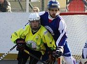 Mladý útočník Matěj Fraňo (na snímku ve žlutém dresu) pomohl hokejbalistům Sudoměřic k další výhře.