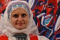 Malířka Lenka Jurečková na své výstavě v žeravické základní škole.