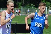 Mladý hodonínský běžec Filip Sasínek (vpravo) skončil v závodě na čtyři sta metrů i tříkilometrové trati druhý.