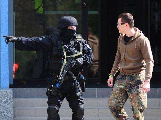 Taktické cvičení policistů, hasičů i záchranářů na Úřadu práce v Hodoníně. Podle modelové situace tam střílel rozlobený klient. Další pachatel ujel na Slovensko.