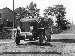 Auto hasičů v roce 1930, na cisterně je nápis Hodonín.