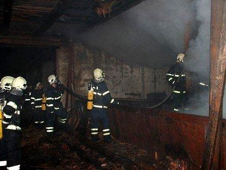 Hasiči v noci zlikvidovali požár, který způsobil škodu devět set tisíc korun.
