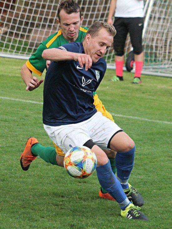 Fotbalisté Mutěnic (jejich hráč v modrém dresu) po devíti měsících naskočí opět do mistrovského utkání.
