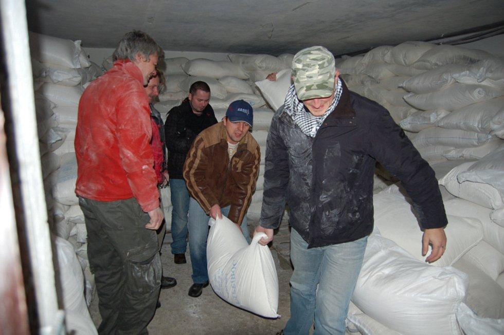 Lidé z kyjovské nadace Dětem z Vilšan změnili dětem z domova na Ukrajině život k lepšímu. Na snímku dovoz mouky.