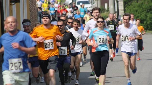 Jubilejního čtyřicátého ročníku Velké Moravy se zúčastnilo 581 běžců a běžkyň všech věkových kategorií. Hlavní závod na deset kilometrů potřetí v řadě ovládl Martin Kučera. Mezi ženami kralovala Irena Pospíšilová.