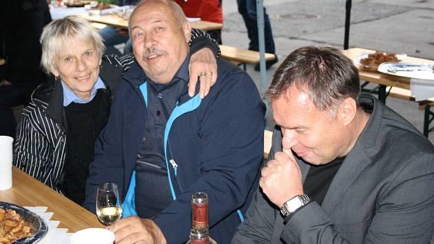 Vedení Slovanu Bzenec v pátek uspořádalo v prostorách zámeckého areálu tradiční moravskou zabijačku.