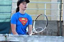 Mladá kyjovská hokejbalistka Tereza Ištoková si ve volných chvílích ráda zahraje i tenis.