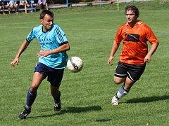 Zkušený útočník Hroznové Lhoty Jan Jagoš (v modrém dresu) se na hřišti Strážnice střelecky neprosadil, hosté i tak v derby zvítězili 1:0.