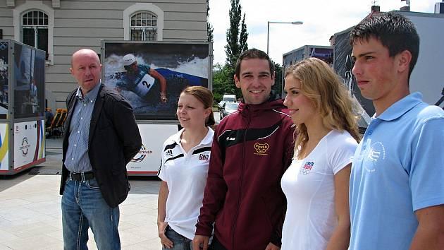 Fotbalista Miroslav Kadlec (vlevo), karatistka Veronika Mišková, cyklista Adam Ptáček, akvabela Alžběta Dufková a veslař Milan Viktora propagovali v Hodoníně Olympijské hry v Londýně.