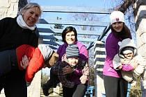 Do cvičení pro maminky s dětmi se v Hodoníně pustila Michaela Závodná (uprostřed).