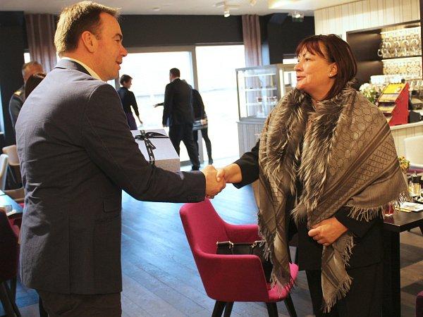 První dáma Ivana Zemanová zavítala upříležitosti prezidentské návštěvy Jihomoravského kraje do podniku Sonnentor vČejkovicích. Vareálu výrobce biočajů a biokoření mimo jiné poseděla vnově otevřeném salonu skavárnou Čas na čaj a prohlédla si výrobu.