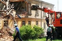 Těžká technika začala s demolicí domu hrůzy