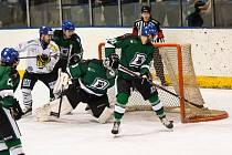 Třetí finálový zápas Krajské ligy ledního hokeje, Hodonín v zelených dresech.