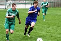 Záložník Hodonína Michal Báza (v modrém) nahání ve středu hřiště středopolaře Karviné. Hosté na Slovácku vyhráli 5:1.