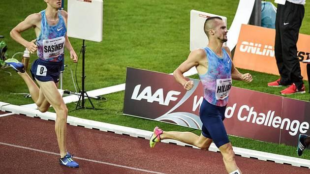 Hodonínský běžec Filip Sasínek (na snímku vlevo) skončil na Zlaté tretře v závodě na tisíc metrů třetí. Druhý skončil Jakub Holuša, z vítězství se radoval Keňan Kipkoech.