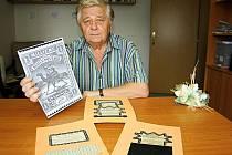 Sběratel známek i kontrolních zoubkovměrů Josef Šolc z Hodonína s reprodukcí své nejoblíbenější známky s velbloudem a několika zoubkoměry ze své sbírky.