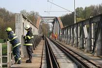Muž vylezl na nosnou konstrukci železničního mostu u Hodonína přes řeku Moravu a dostal zásah elektřinou. Záchranáři jej letecky přepravili do nemocnice.